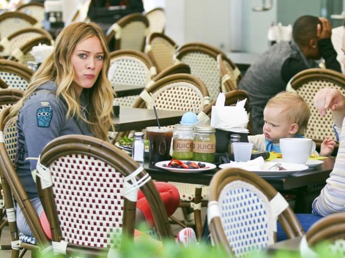 Hilary Duff a pris son petit-déjeuner en terrasse