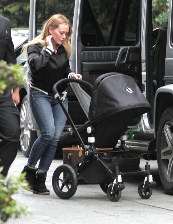Hilary Duff et son fils Luca à Los Angeles le 29 novembre 2012