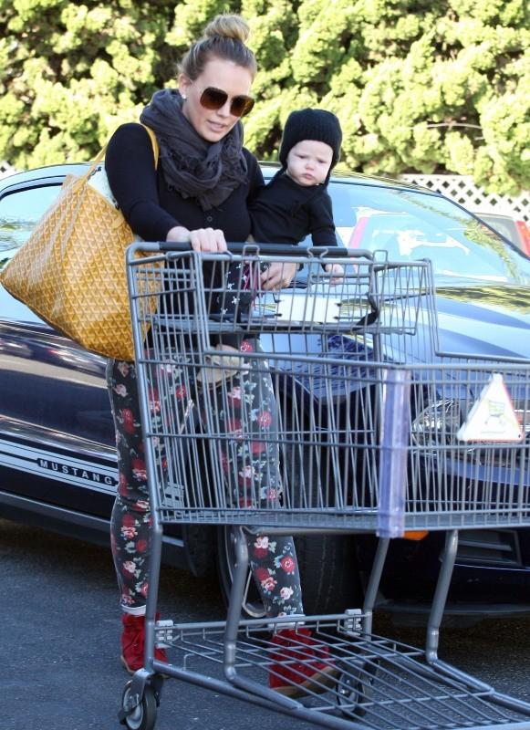 Hilary Duff et son fils Luca à Los Angeles, le 11 novembre 2012.