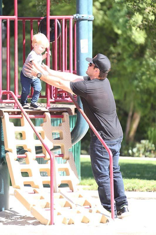 Mike Comrie avec Luca dans un parc de Los Angeles le 13 octobre 2013