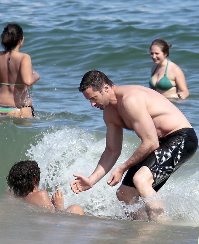 Hugh Jackman et son fils Oscar à la plage à Barcelone, le 20 juin 2012.