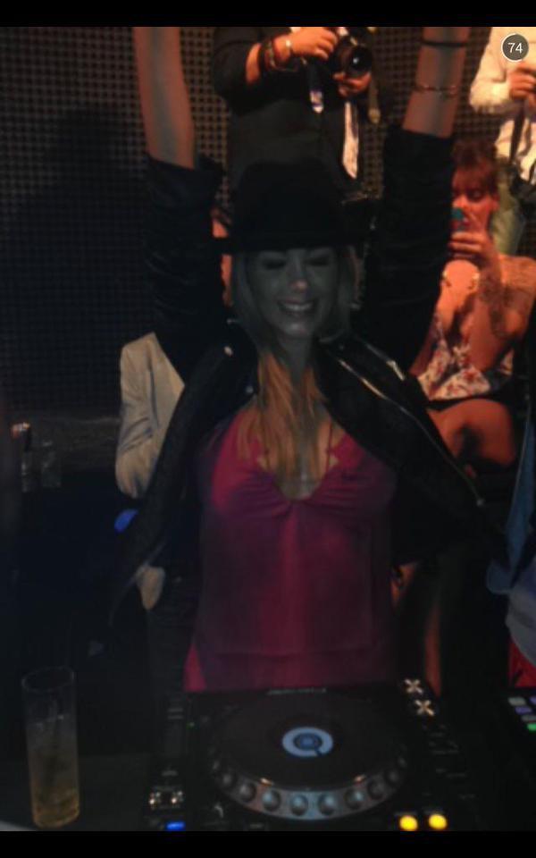 Photos : insouciante et sexy, Nabilla s'éclate en boite de nuit !