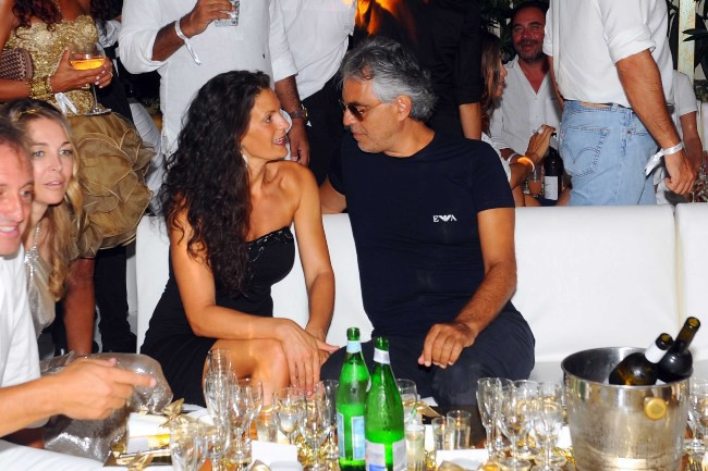 Andrea Bocelli et sa femme Veronica lors de l'anniversaire de Fawaz Gruosi à Porto Cervo, le 8 août 2013.