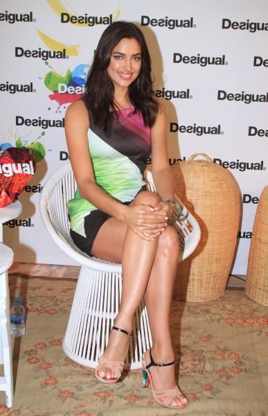 Irina Shayk en promo pour Desigual à Barcelone, le 27 janvier 2014.