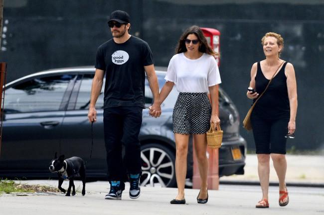 Jake Gyllenhaal en compagnie de sa mère Naomi Foner et sa girlfriend Alyssa Miller à New York, le 14 juillet 2013.