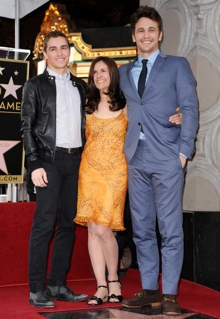 James Franco, son frère Dave et sa mère Betsy le 7 mars 2013 à Los Angeles