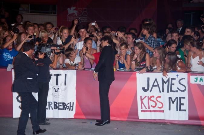 Puisque les filles ont mis un panneau pour recevoir un bisous, James ne peut que s'exécuter !