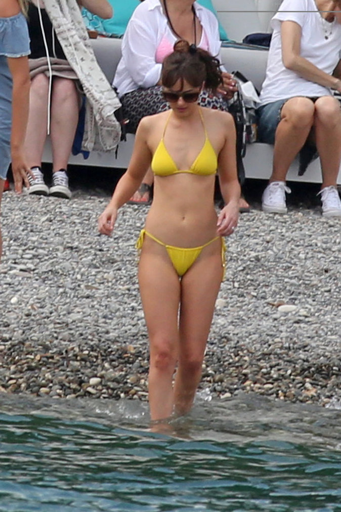 Dakota Johnson sublime en maillot pour Christian Grey