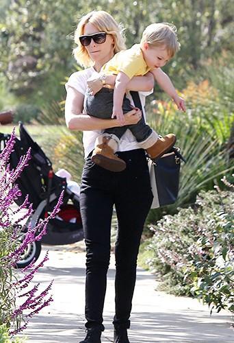 January Jones en famille à Los Angeles le 22 octobre 2013