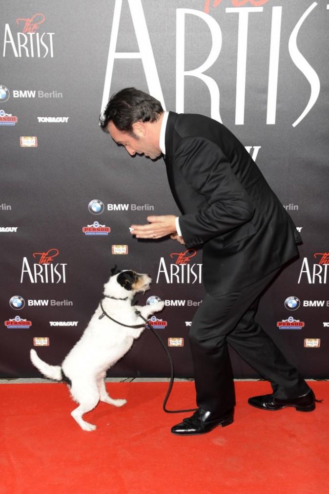 Jean Dujardin et Uggie lors de la première de The Artist à Berlin, le 3 janvier 2011.