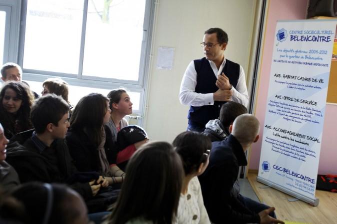 En mars 2011, l'animateur répond à des lycéens à Tourcoing sur les problèmes de drogue