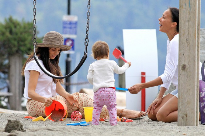 Jenna Dewan et sa fille, Everly, sur une plage de Vancouver, le 23 juillet 2014