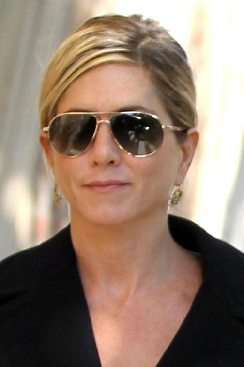 Jennifer Aniston adopte le look sobre et sombre de son homme !