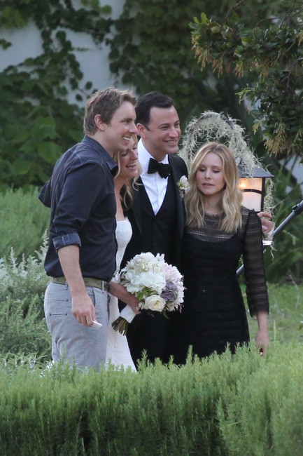 Jimmy Kimmel et Molly McNearney lors de leur mariage en Californie, entourés de Kristen Bell et Dax Shepard, le 13 juillet 2013.