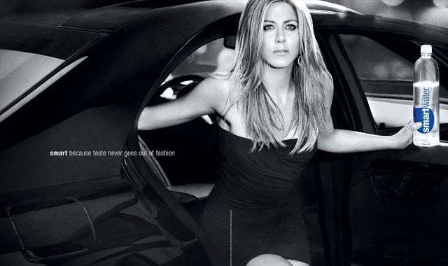 Photos : Jennifer Aniston se la joue sexy pour vendre de l'eau !