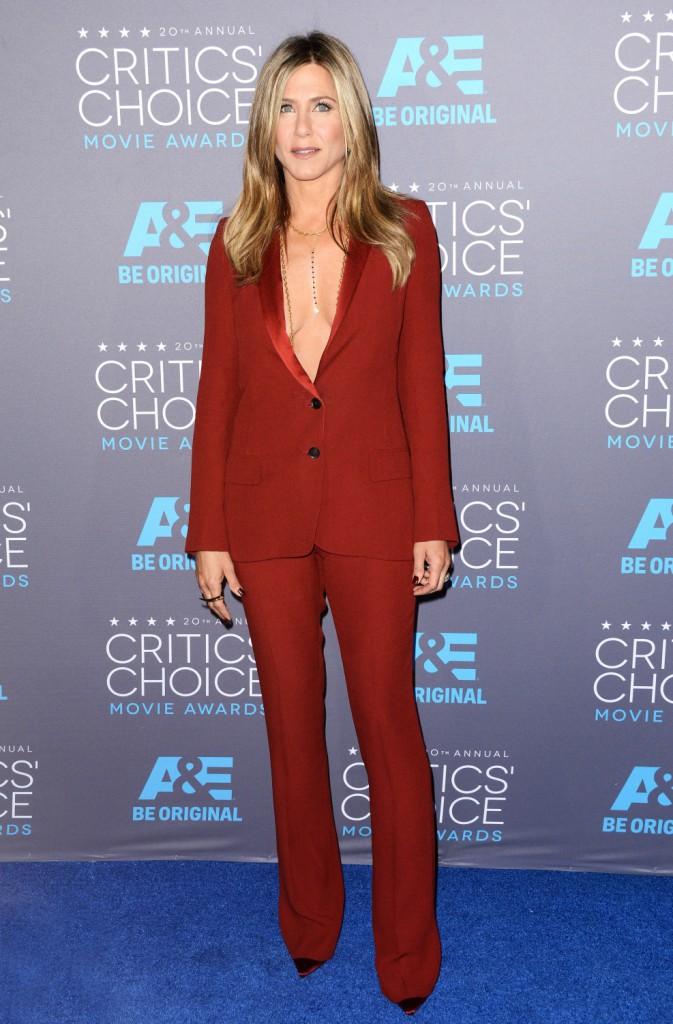 Photos : Jennifer Aniston : so chic et sexy en Gucci, poitrine en vue pour faire face à Angelina Jolie !