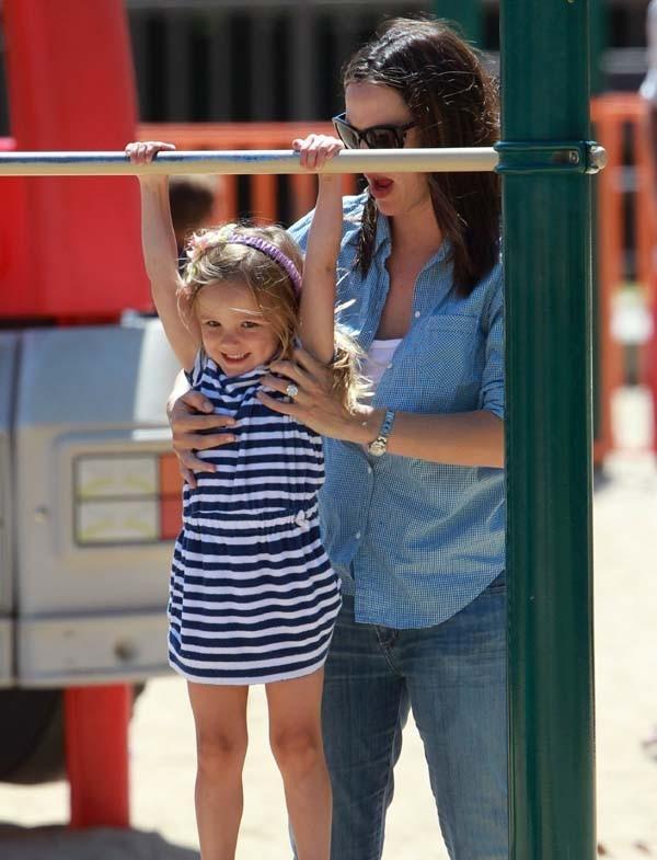 Jennifer Garner dans un parc de Pacific Palissades avec Seraphina le 23 juin 2012