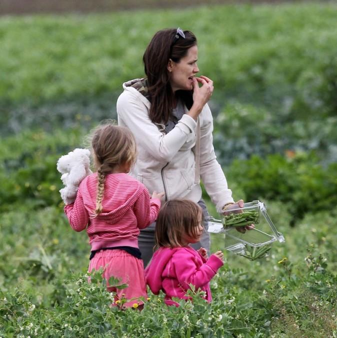 Avec Violet et Seraphina Rose, elle conspirent contre la mondialisation...