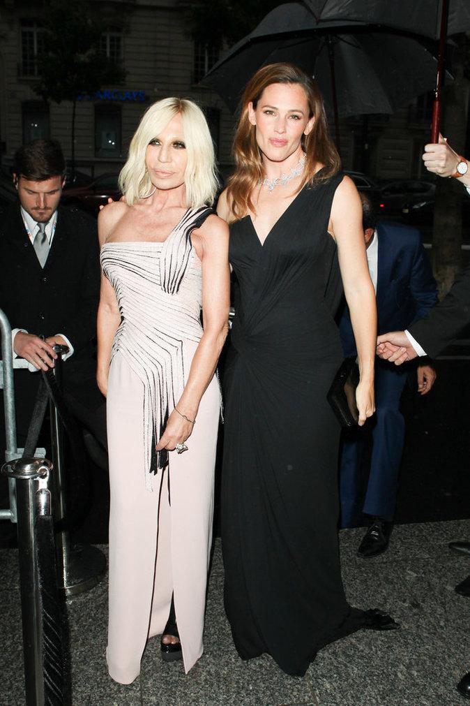 Jennifer Garner et Donatella Versace sublimes pour le dîner annuel de l'amfAR de la Fashion Week Haute Couture de Paris