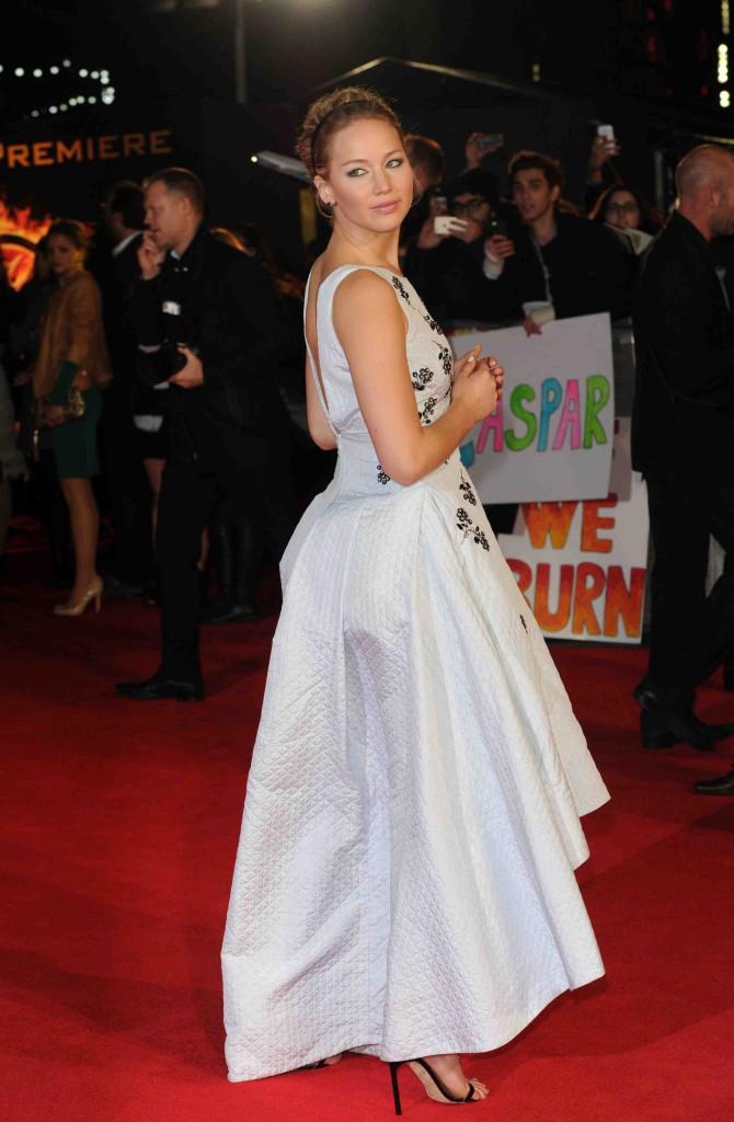 Jennifer Lawrence : alerte aux boobs ! Avec une robe aussi décolletée, fallait s'y attendre !