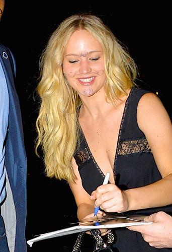 Jennifer Lawrence : moustache et poils au menton, elle ose tout !