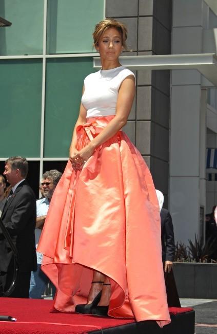 Jennifer Lopez entourée de ses proches pour recevoir son étoile sur le Walk of Fame à Hollywood, le 20 juin 2013.