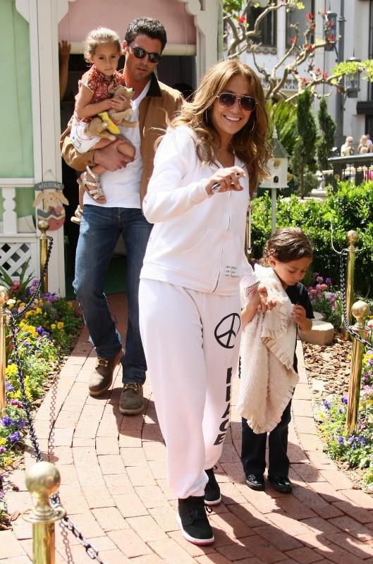 Jennifer Lopez en famille avec ses enfants et son chéri à Los Angeles, le 5 avril 2012.