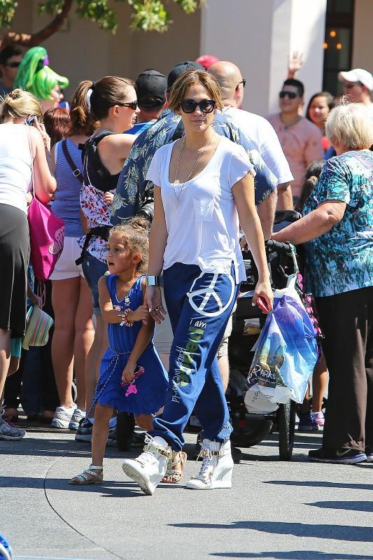 Jennifer Lopez à Disneyland avec ses jumeaux en Californie, le 25 août 2013.