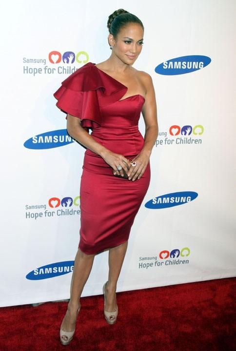 Jennifer Lopez dans une superbe robe rouge Temperley London !