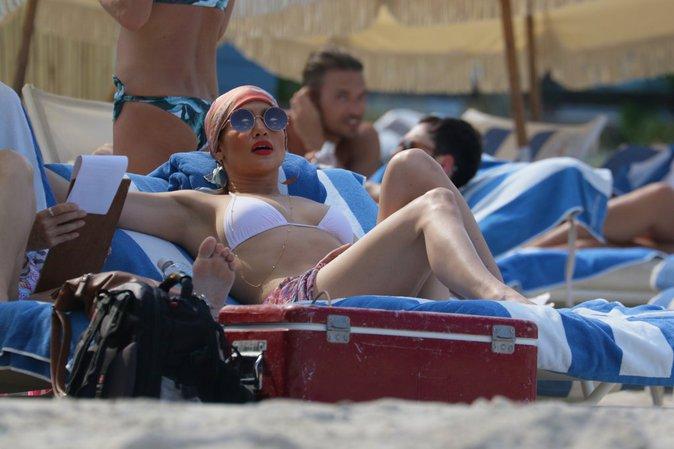 Jennifer Lopez : la bomba latina f�te ses succ�s en maillot torride !