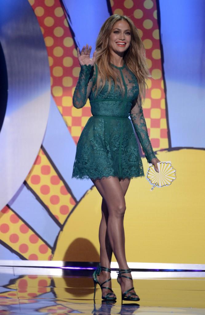 Jennifer Lopez : la bomba latina plus belle que jamais dans sa mini robe verte !