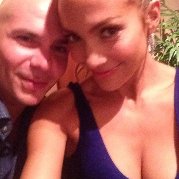 """J-Lo a retrouvé son """"frère"""" Pitbull au Brésil !"""