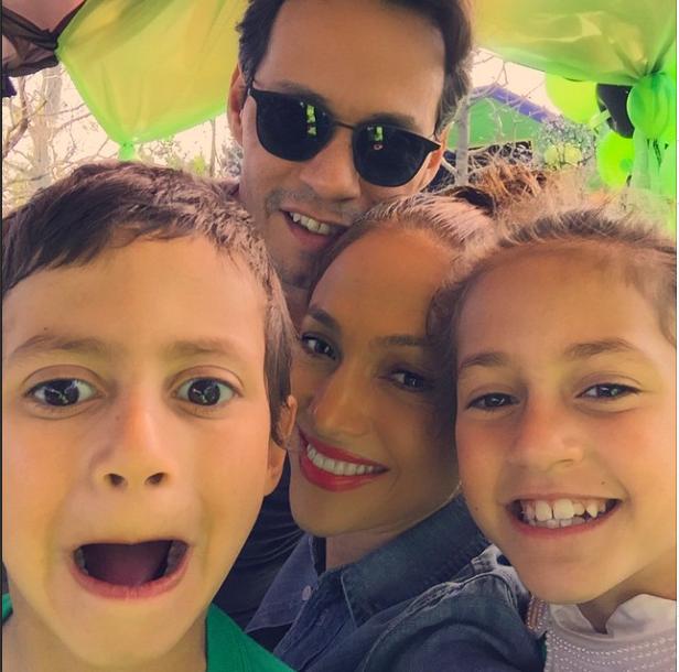 Jennifer Lopez : la sexy mama dévoile ses abdos en béton aux côtés de ses enfants !