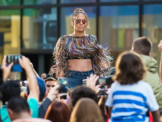 "Jennifer Lopez interprète sa nouvelle chanson ""Love Make the World Go Round"""