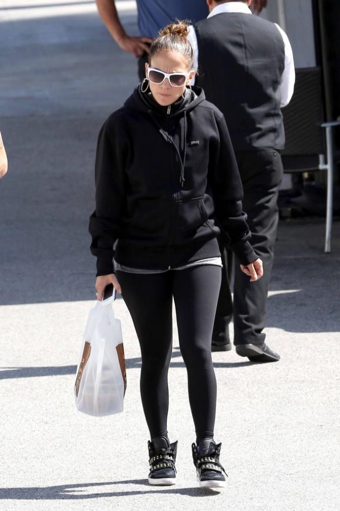 Elle porte le sac, ce n'est pas très galant !
