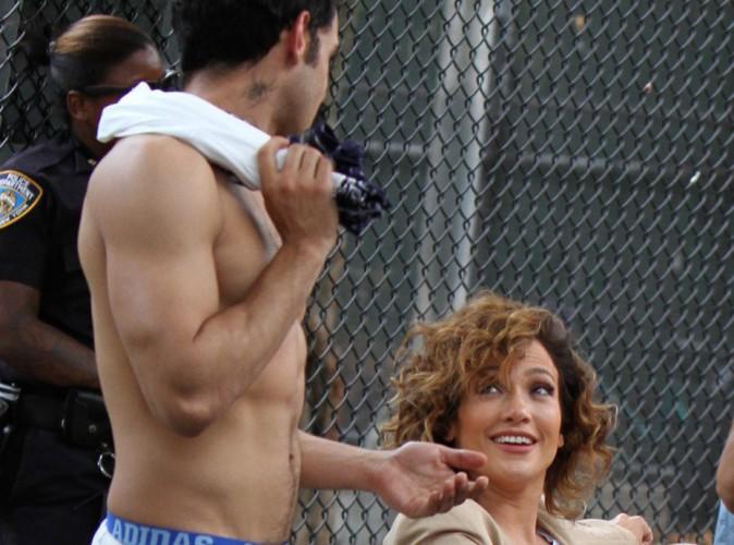 Jennifer Lopez : un beau gosse torse nu et tatoué, elle ne dit jamais non !