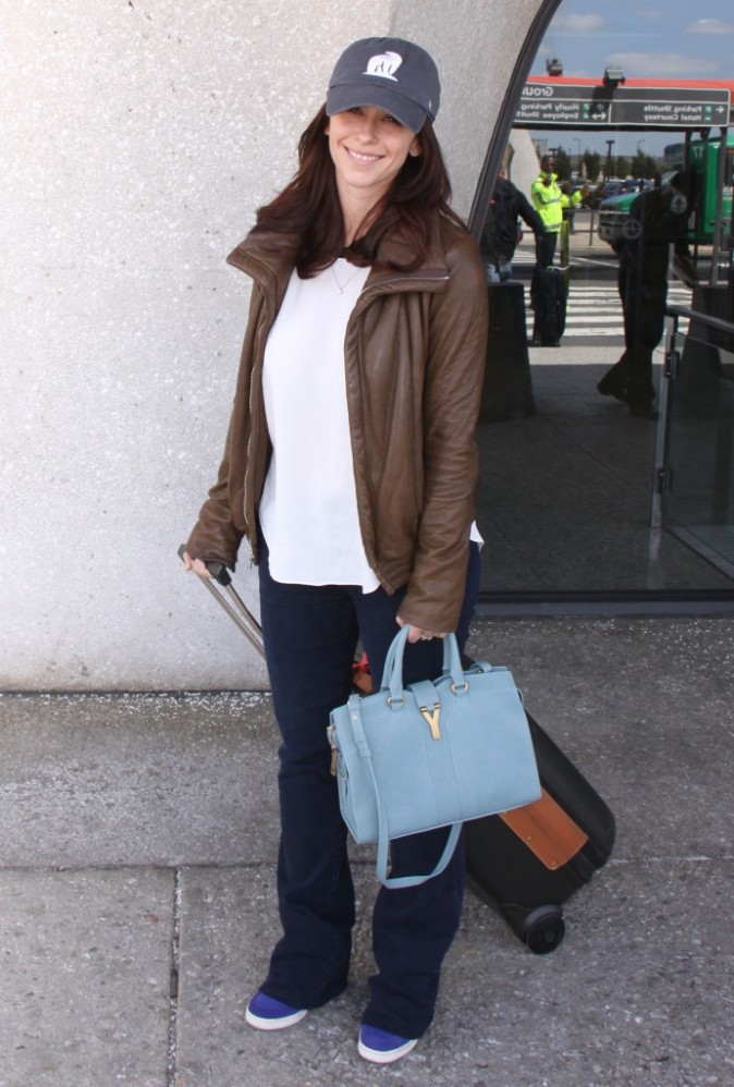 Jennifer Love-Hewitt en mode no look pour prendre l'avion