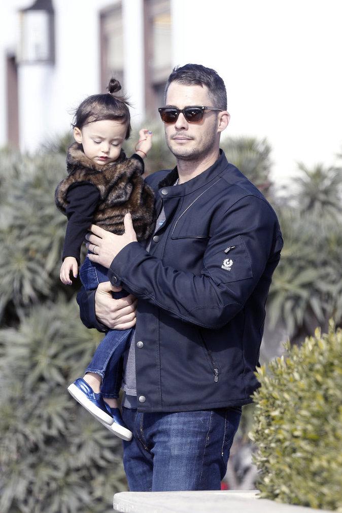 Le mari de Jennifer Love Hewitt en compagnie de leur fille