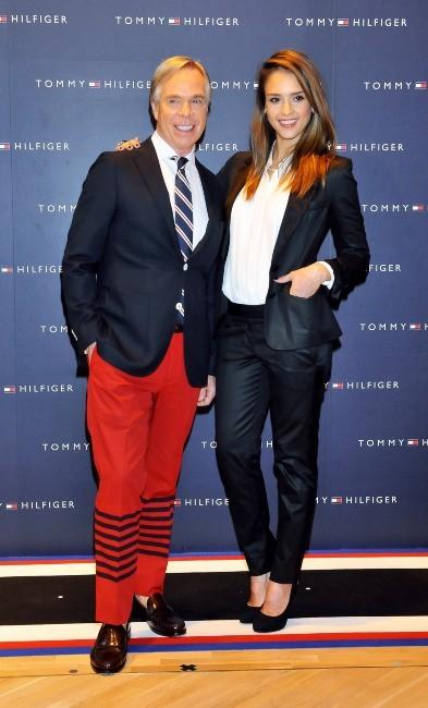 Jessica Alba et Tommy Hilfiger lors de l'ouverture d'une nouvelle boutique Tommy Hilfiger à Tokyo, le 16 avril 2012.