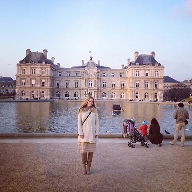 Photos jessica alba paris la d couverte du for Au jardin du luxembourg