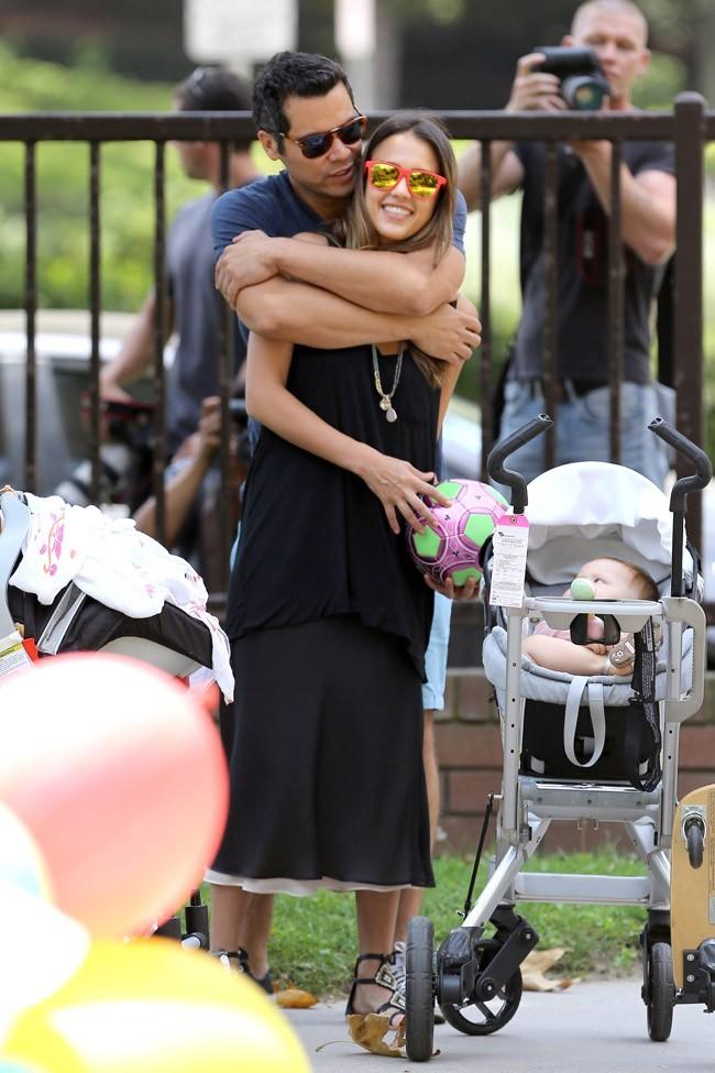 Jessica Alba en famille le 4 août 2012 à Los Angeles