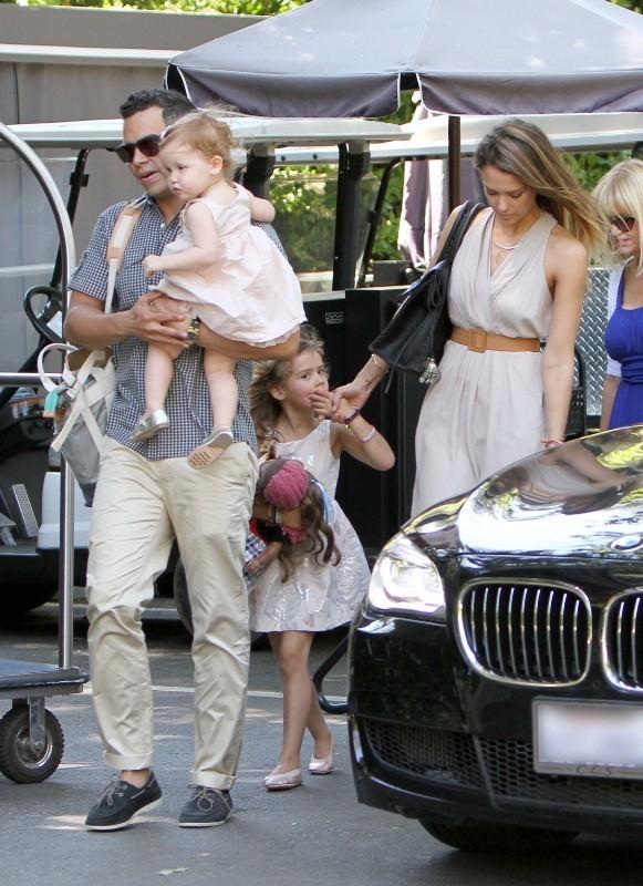 Jessica Alba en famille pour la fête des mères à Los Angeles, le 12 mai 2013.