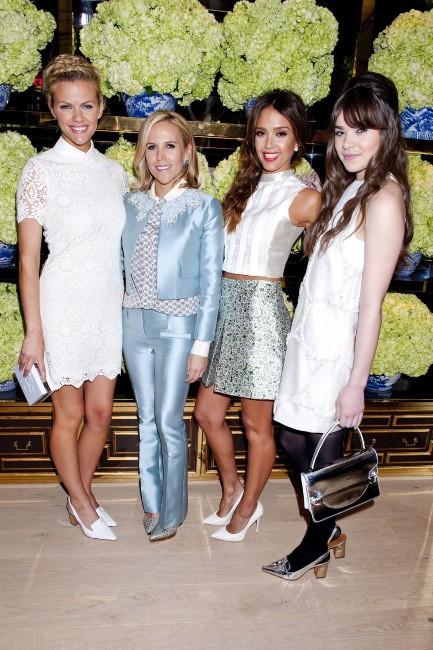 Brooklyn Decker, Tory Burch, Jessica Alba et Hailee Steinfeld lors de l'inauguration de la nouvelle boutique Tory Burch à Los Angeles, le 14 janvie...