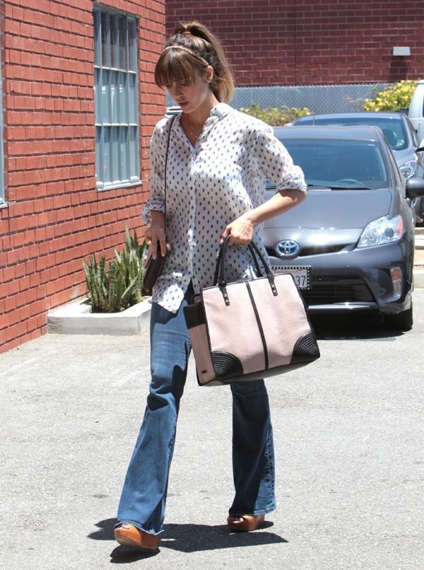 Jessica Alba devant ses bureaux de Santa Monica le 28 juin 2013