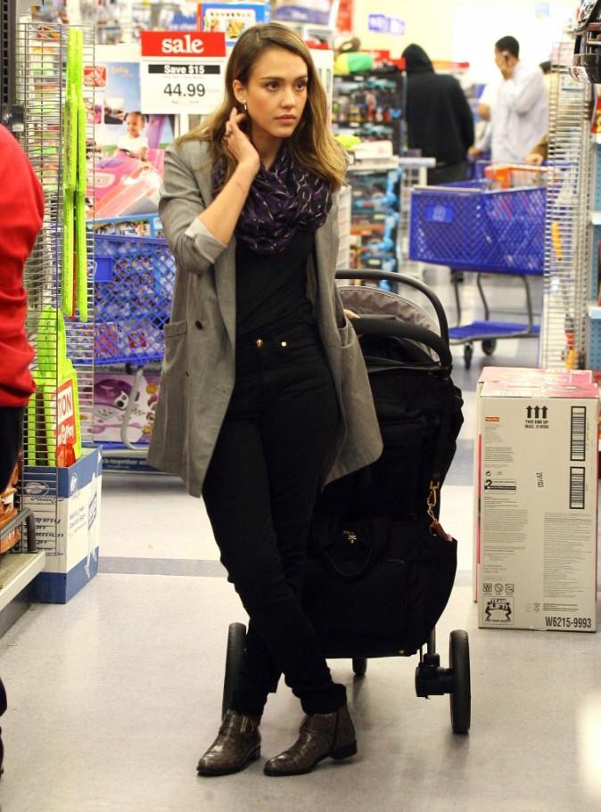 Jessica Alba en plein shopping de Noël à Los Angeles, le 21 décembre 2011.