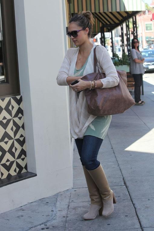 Jessica Alba essaie de se faufiler dans une rue étroite !