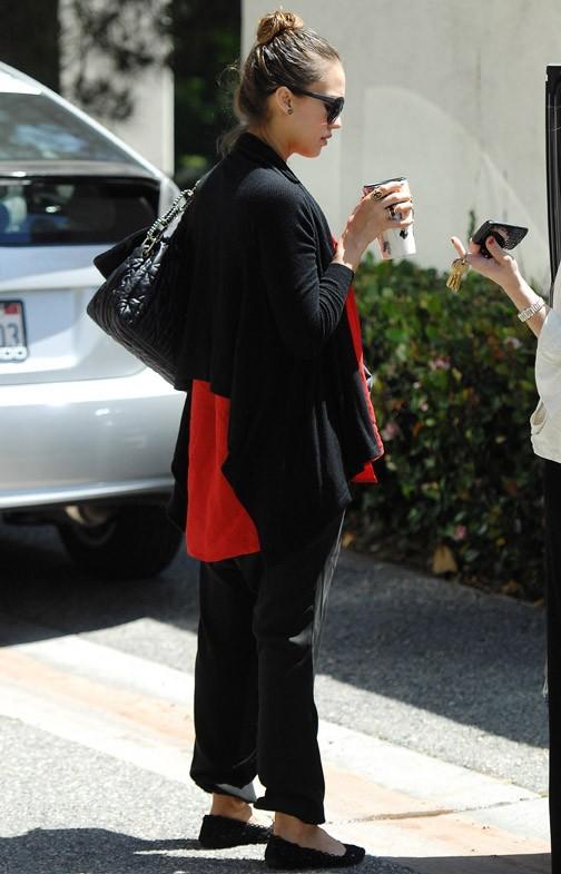 Des vêtements amples, en rouge et noir, c'est comme si elle était encore là-bas !