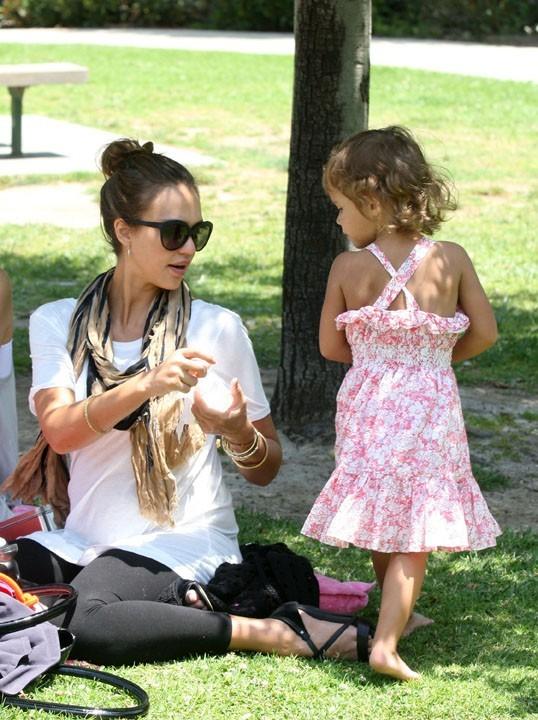 Mère et fille, en tête à tête au parc...