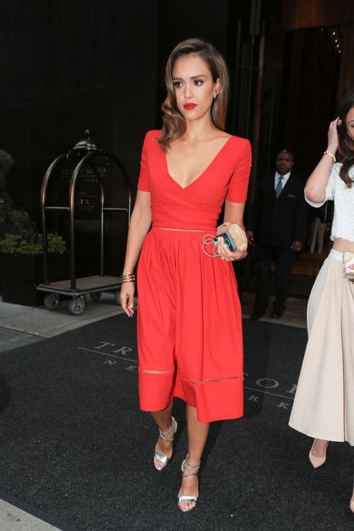 Jessica Alba à la sortie de son hôtel de New-York le 10 juin 2014