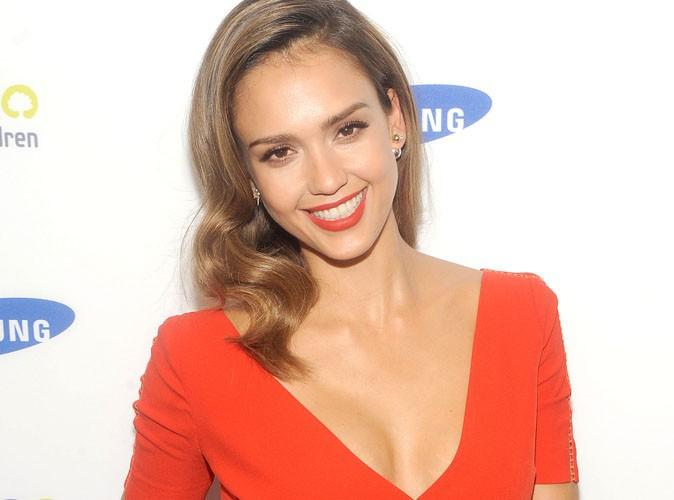 Jessica Alba : en look rouge comme Victoria Beckham, le décolleté sexy en plus !